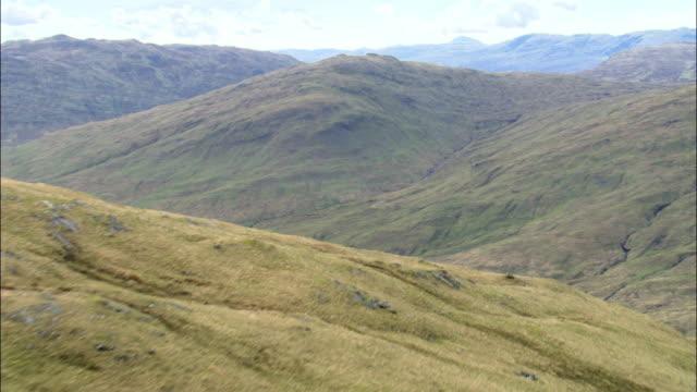 aerial over hills, scotland, uk - kulle bildbanksvideor och videomaterial från bakom kulisserna