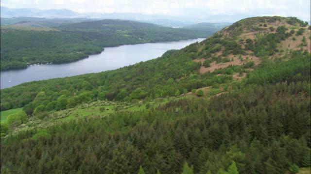 vídeos y material grabado en eventos de stock de aerial over hills to reveal lake windermere, cumbria, uk - distrito de los lagos de inglaterra
