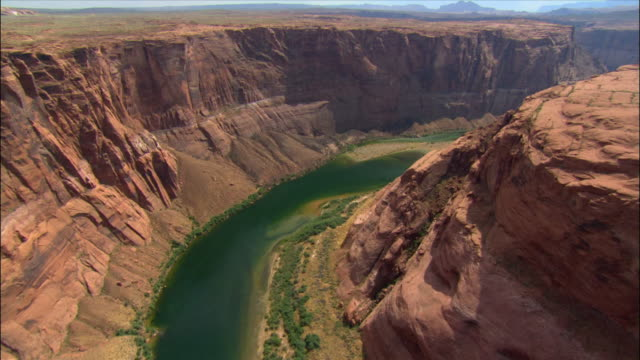 vidéos et rushes de aerial over horseshoe bend / colorado river / page, arizona - colorado