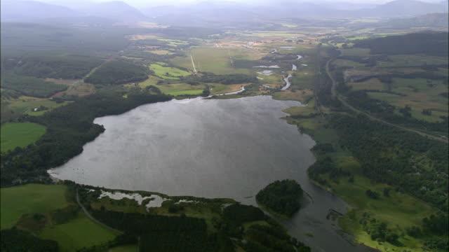 aerial over loch einich in the cairngorms / highland, scotland - loch gewässer stock-videos und b-roll-filmmaterial