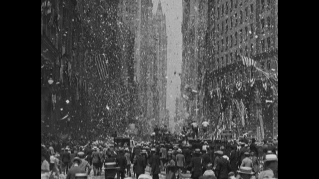 aerial over lower manhattan battery park little syria / parade starting at battery park turning into ticker tape parade up broadway in honor of... - 1927 bildbanksvideor och videomaterial från bakom kulisserna
