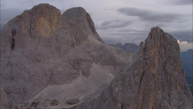vídeos de stock, filmes e b-roll de aerial over mountains, dolomites, italy - padrão natural