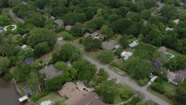 vidéos et rushes de aerial over neighborhood in charleston - hémisphère nord