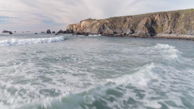 aerial over ocean - ティルト点の映像素材/bロール