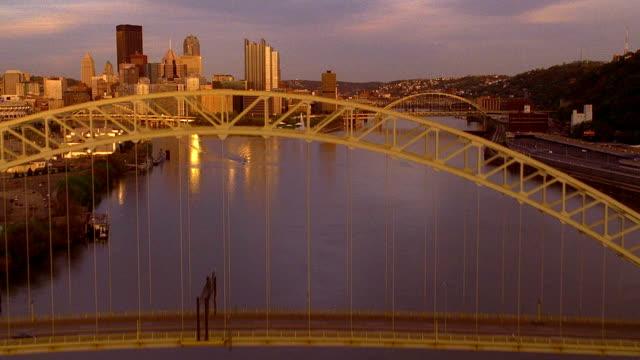 vídeos y material grabado en eventos de stock de aerial over ohio river towards downtown pittsburgh / pennsylvania - río ohio