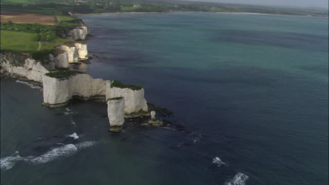 vídeos de stock, filmes e b-roll de aerial over old harry rocks and sea, dorset, uk - coluna de calcário marítimo