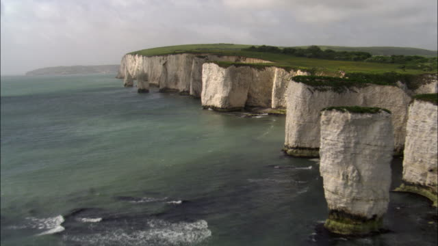 aerial over old harry rocks and sea, dorset, uk - 石灰岩点の映像素材/bロール