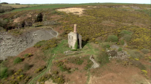 aerial over old tin mine engine house, tintagel, cornwall, uk - cornovaglia video stock e b–roll