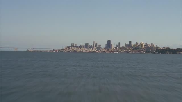 vídeos de stock e filmes b-roll de aerial over pacific ocean towards city of san francisco - pacífico norte