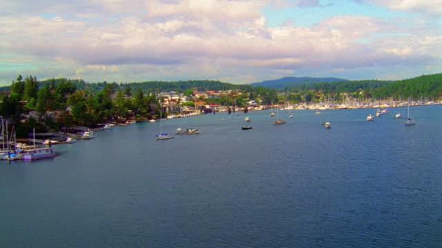 vídeos y material grabado en eventos de stock de aerial over puget sound, boats in harbor and small town / near seattle, washington - estrecho de puget