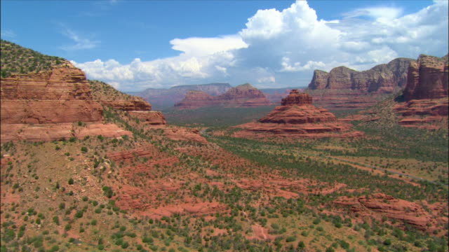 aerial over red rocks of sedona / close pass by bell rock / sedona, arizona - arizona stock-videos und b-roll-filmmaterial