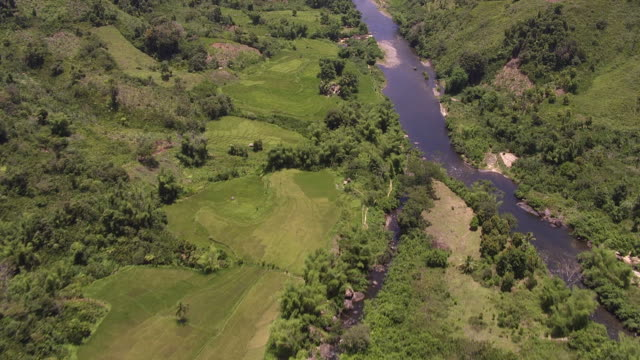 stockvideo's en b-roll-footage met aerial over river valley, madagascar - valley