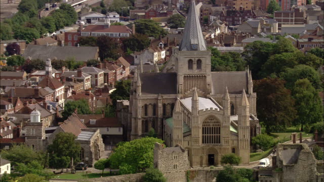 aerial over rochester castle and cathedral / kent, england - ca. 7 jahrhundert stock-videos und b-roll-filmmaterial