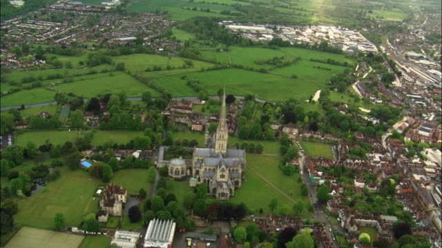 vídeos de stock e filmes b-roll de aerial over salisbury cathedral, wiltshire, uk - spire