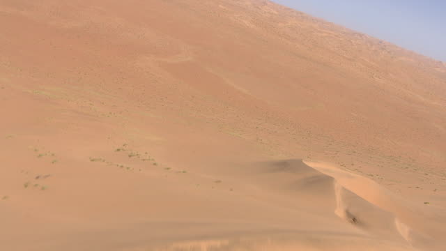vídeos de stock e filmes b-roll de aerial over sand dunes in the namibia desert - aerial or drone pov or scenics or nature or cityscape