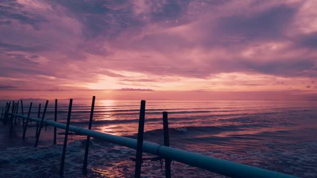 Antenne over sandy strand kust / zon weerkaatst op de oppervlakte van de Oceaan