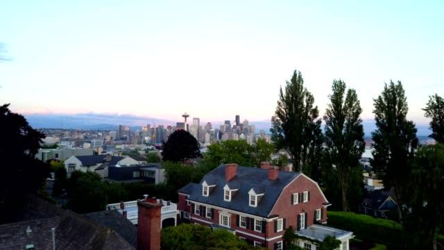 vídeos de stock e filmes b-roll de aerial over seattle's skyline - space needle
