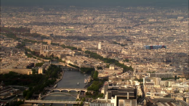 aerial over seine and bridges near ile de la cite/ paris, france - セーヌ川点の映像素材/bロール