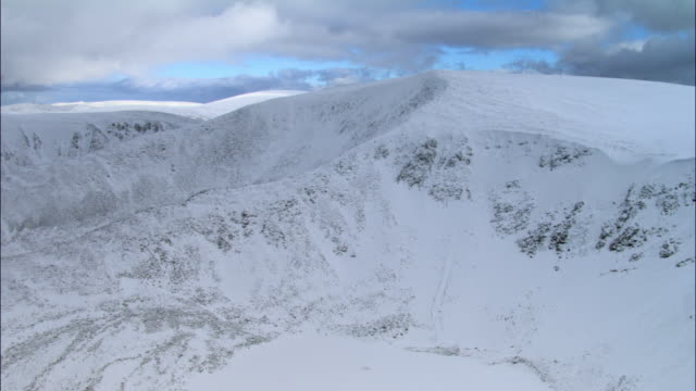 aerial over snow covered mountain peak, cairngorms, scotland - 30 seconds or greater stock videos & royalty-free footage