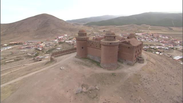 vídeos y material grabado en eventos de stock de aerial over spanish fortress atop hill. - patio de edificio