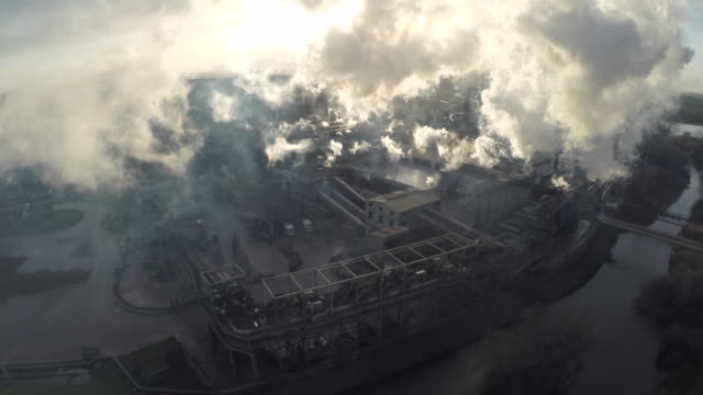 aerial over sugar refinery, uk - luftverschmutzung stock-videos und b-roll-filmmaterial
