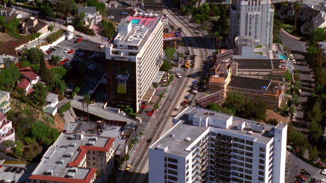 vídeos de stock e filmes b-roll de aerial over sunset boulevard in west hollywood / los angeles - bulevar
