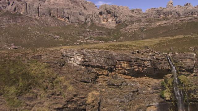 aerial over tall waterfall and tsaranoro massif, madagascar - マダガスカル点の映像素材/bロール
