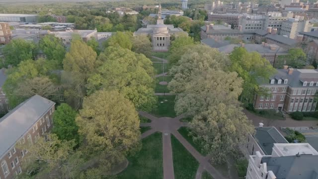 vídeos de stock e filmes b-roll de aerial over the university of north carolina in the spring - campus