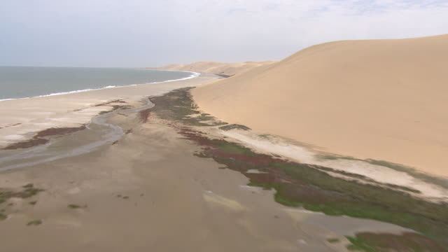 vídeos de stock e filmes b-roll de aerial over the water in namibia right along the coastline - aerial or drone pov or scenics or nature or cityscape