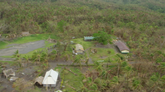 vídeos de stock e filmes b-roll de vanuatu - march 30, 2015: aerial over traditional village, thatched houses showing devastation after cyclone pam - ilhas do pacífico