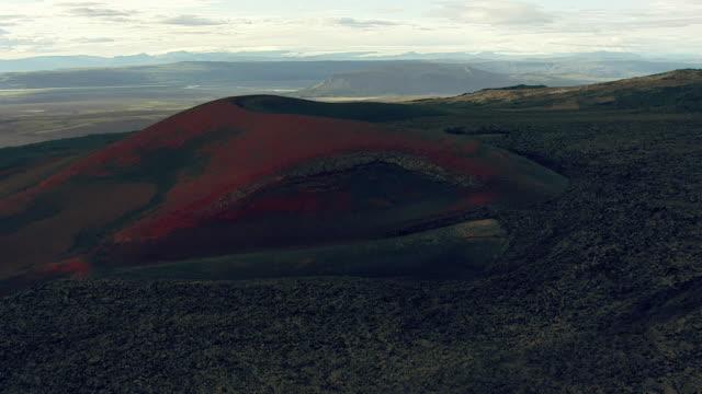 vidéos et rushes de aerial over volcanic ridge, iceland, september 2010 - 2010