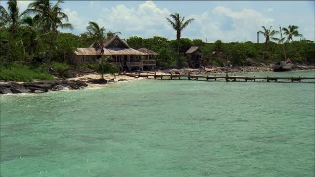 vidéos et rushes de aerial over water / approaching house on beach / nassau, bahamas - angle de prise de vue