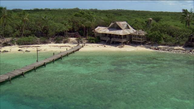 vidéos et rushes de aerial over water / circling over house on beach / nassau, bahamas - angle de prise de vue