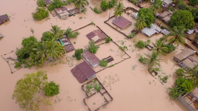 vídeos de stock e filmes b-roll de aerial overhead flooded village in rural country - acidente natural