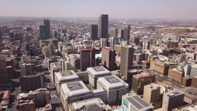 vídeos de stock e filmes b-roll de aerial overhead large city, johannesburg, south africa - joanesburgo