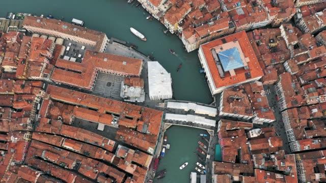 vídeos y material grabado en eventos de stock de aerial overhead of rialto and grand canal, venice - puente de rialto