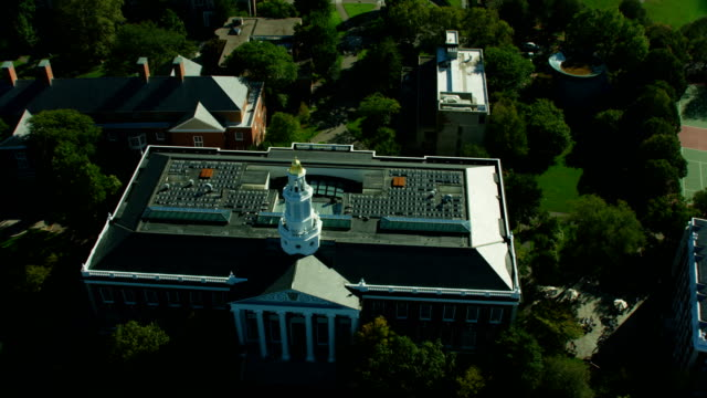 stockvideo's en b-roll-footage met aerial overhead view boston baker library bloomberg center - harvard university