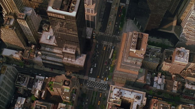 aerial overhead view heading uptown on park avenue in manhattan over grand central station, metlife building, and helmsley building / new york city - anno 2002 video stock e b–roll