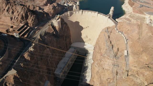 aerial overhead view hoover dam in nevada arizona - hoover staudamm stock-videos und b-roll-filmmaterial