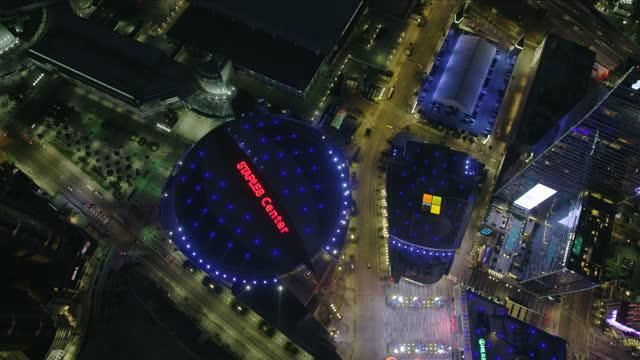 vídeos de stock e filmes b-roll de aerial overhead view illuminated lights staples center la - staples center
