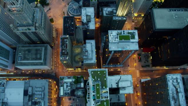 aerial overhead view of chicago city skyscraper buildings - rutnät bildbanksvideor och videomaterial från bakom kulisserna