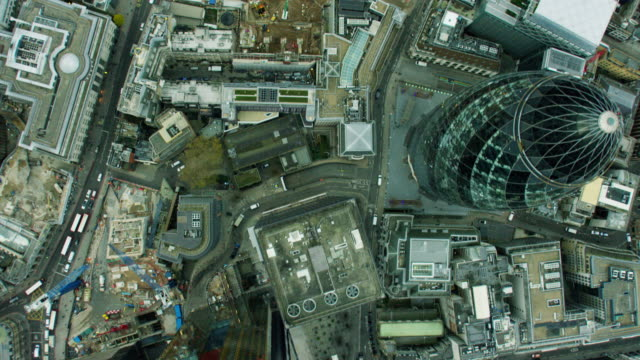 vidéos et rushes de aerial overhead view of the gherkin building london - londres