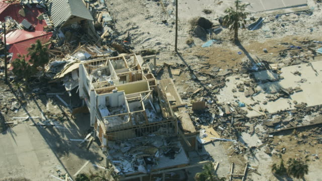 vídeos de stock, filmes e b-roll de aerial overhead view residential property destruction by hurricane - destruição
