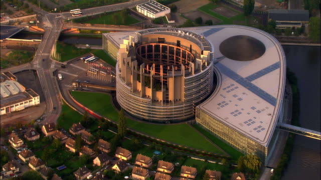 vídeos de stock e filmes b-roll de aerial ws palais de l'europe parliament building / strasbourg, alsace, france - edifício do parlamento