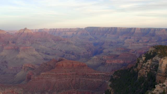 aerial pan: amazing grand canyon in grand canyon, az - grand canyon national park点の映像素材/bロール