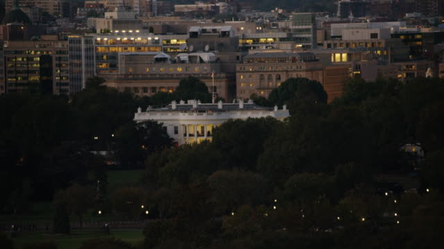 aerial pan around the white house at night, washington dc - la casa bianca washington dc video stock e b–roll