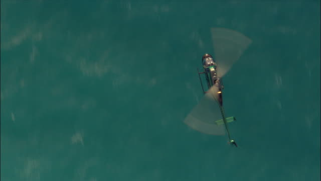 vidéos et rushes de aerial pan helicopter flying over water/ miami, florida - un seul objet