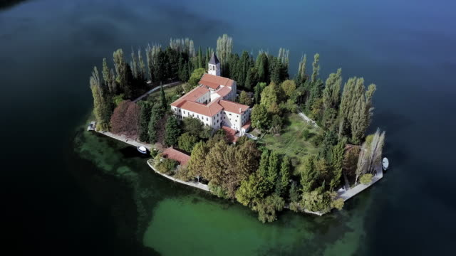 stockvideo's en b-roll-footage met aerial pan left to right: exploring the monastery in the lake of croatia - omgeven
