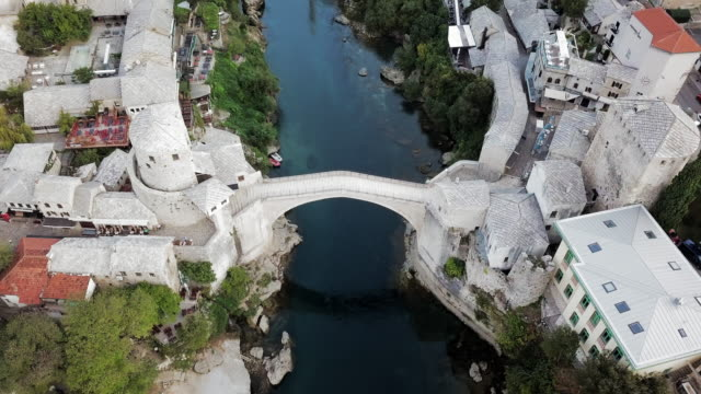 vidéos et rushes de aerial pan left to right: the famous old stari most bridge in bosnia - bosnie herzégovine