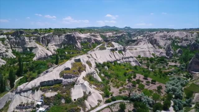 vídeos de stock e filmes b-roll de aerial pan shot of hills and rough terrain - exposto ao ar